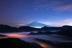 滝雲と富士の夜