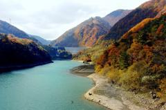 秋のダム湖散策