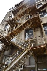 階段から落ちる危険と階段が落ちる危険と両方。