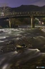 京都嵐山渡月橋の近くの無名な橋を主役にしてみた。