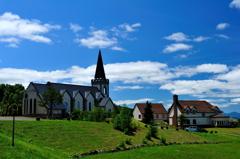 教会の見える丘にて