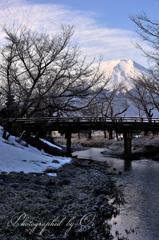 冬の小川に