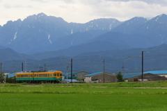 剣岳とカボチャ電車