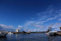 空の青、海の青