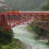 赤い橋とトロッコ電車