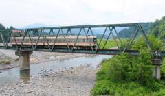 ダイコン電車、鉄橋を行く