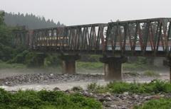 雨の鉄橋わたり