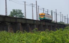鉄橋を渡る、カボチャ電車君