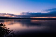 日の出前の湖面