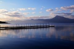 夕暮れ近づく支笏湖