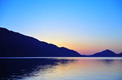 夜明けの支笏湖