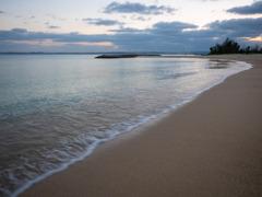 波音だけが響く静かなビーチ...