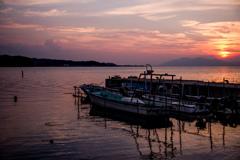 夕照の湖畔にて