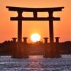 弁天島の鳥居に沈む夕日