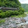 飛騨川沿いを走るワイドビューひだ