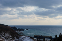 冬空の日本海を臨む
