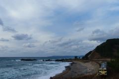 冬晴れの日本海を駆け抜ける