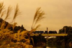 行く秋の川に汽笛が木霊する