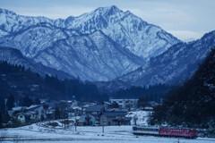 会津の山を背に