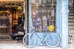 自転車と黄色い地球儀