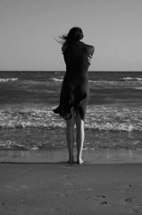 悲しみを抱き寄せる背中