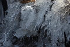 凍った流れる池