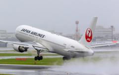 雨の空港...1