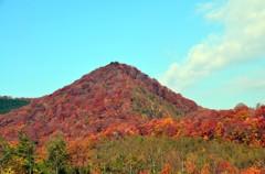 泉ヶ岳から 紅い山