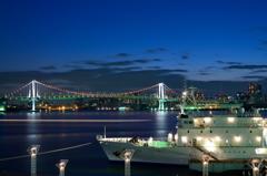 吊り橋と船