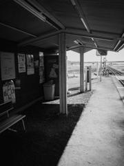 誰もいない駅舎.