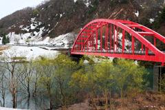 赤い橋と新緑