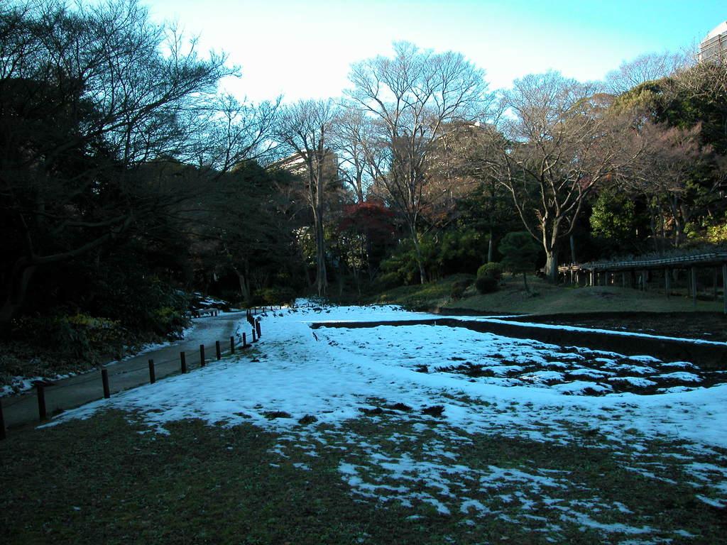 日陰に、雪残る。