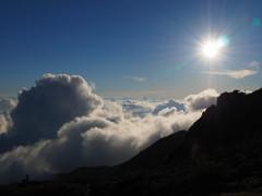 太陽、雲、山