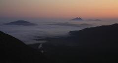 雲海に浮かぶ由布岳