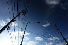 早朝の空と電線と