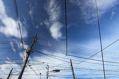 空の高さと電線と