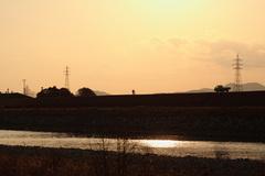 夕暮れの堤防沿い