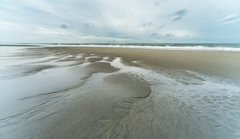梅雨空(引き潮の海岸)