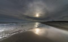落日の波打ち際
