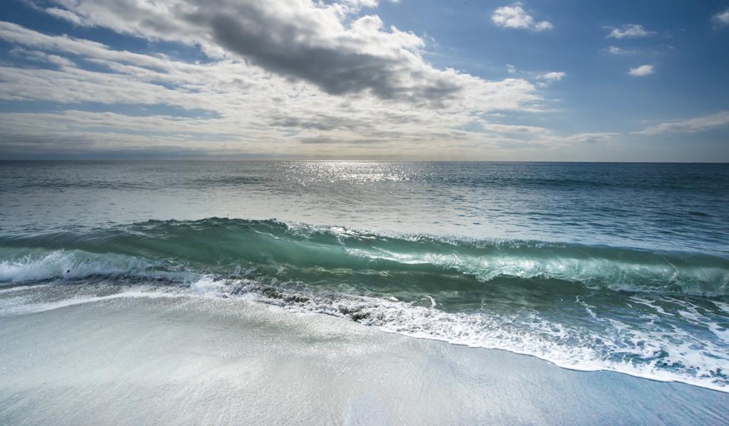 波を突き抜ける冬の陽