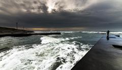 荒れた海の朝(投網漁)