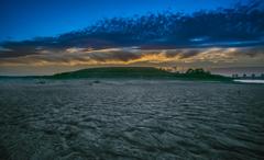 夕暮れる(雨上がりの砂浜)