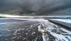 荒れる波 2