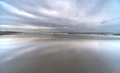 梅雨空(水鏡の海岸)