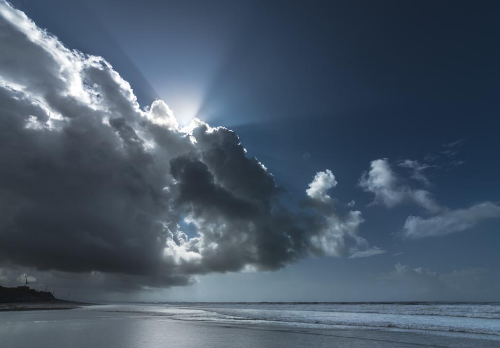 雨雲に隠れる陽