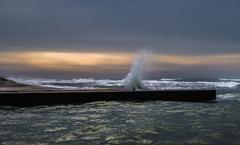 荒れた海の朝