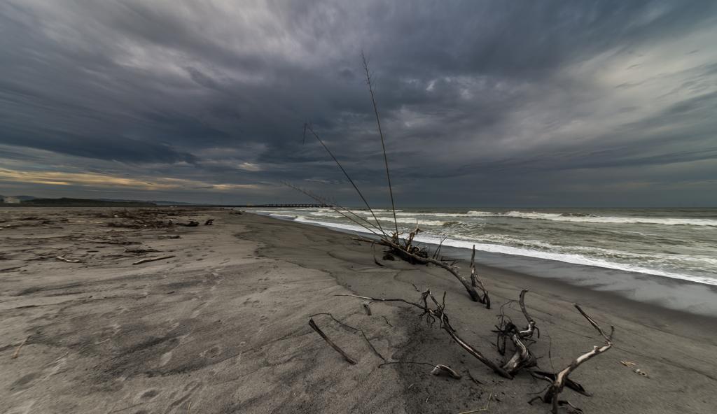 梅雨空の荒れた海岸