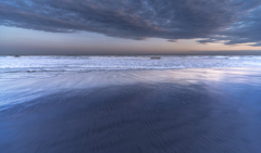 雨上がりの海で