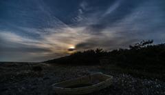 夕暮れ海岸の小舟