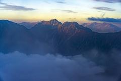 朝陽を浴びる針ノ木岳